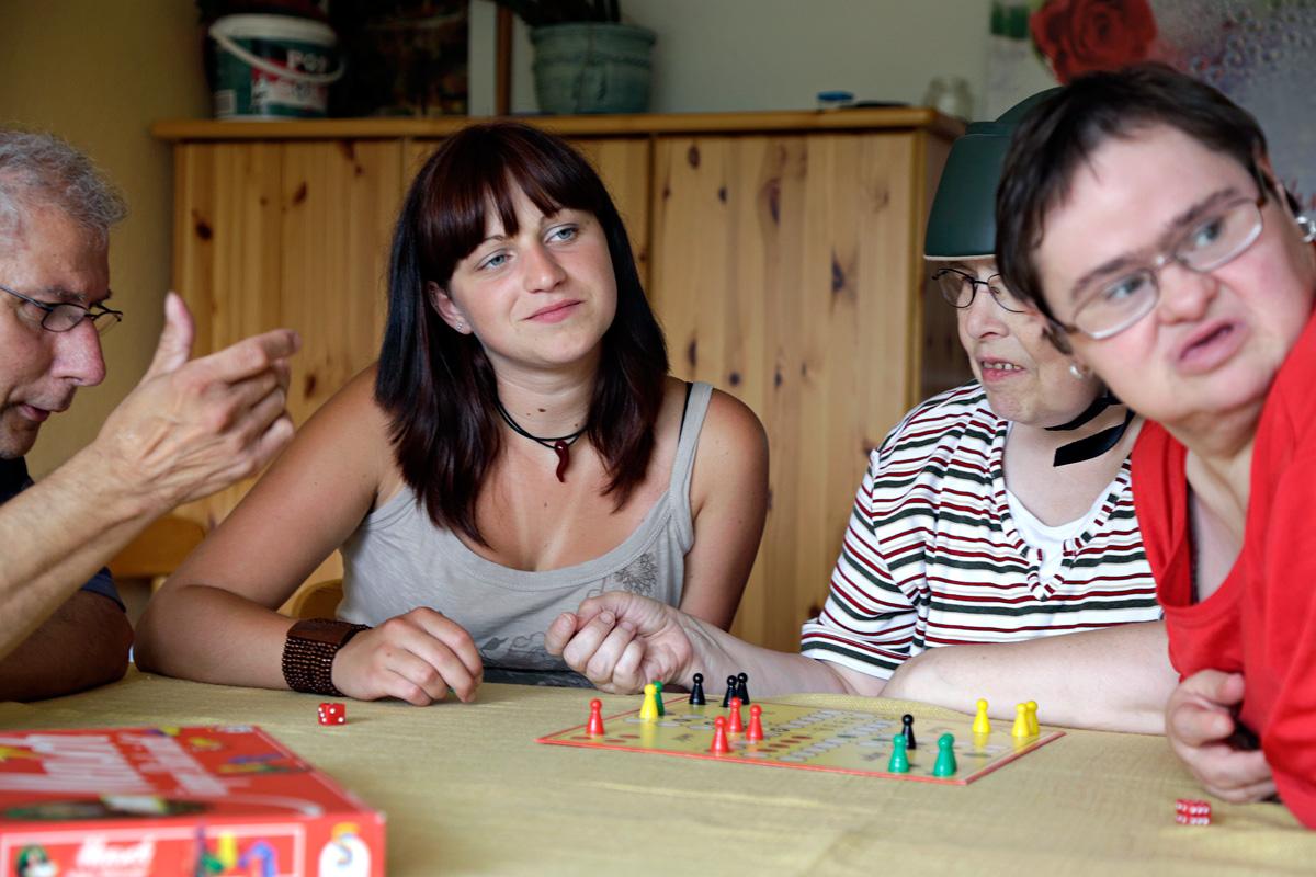 Filmstill mit Freiwilliger bei der Arbeit im Behindertenwohnheim