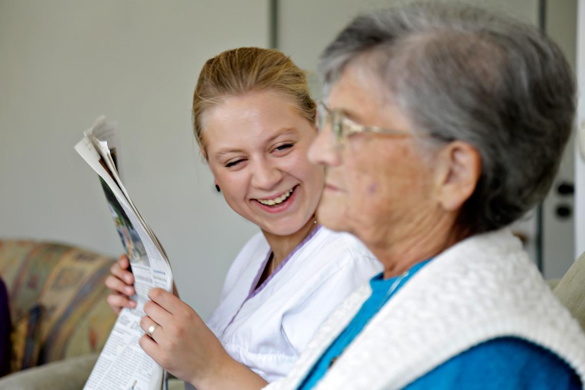 Filmstill mit Freiwilliger bei der Arbeit in der Altenpflege